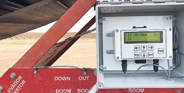 Pendant que la récolteuse procède à l'arrachage, un émetteur « scanne» le véhicule et un capteur sur la boîte cumule les données et les envoie par transpondeur à l'ordinateur de GreenTronics qui les intègre à leur algorithme, les interprète et génère des cartes couleur des champs. Photos : Gracieuseté Greentronics
