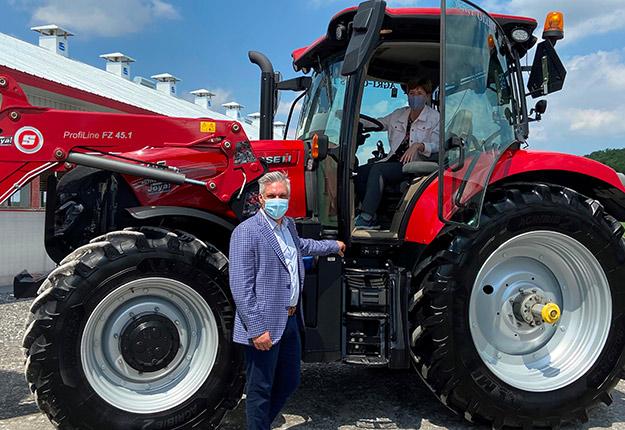 La ministre de l'Agriculture du Canada, Marie-Claude Bibeau, a annoncé les détails du nouveau programme à la ferme modernisée de Pierre-Luc Leblanc. Photo : Martine Veillette/TCN