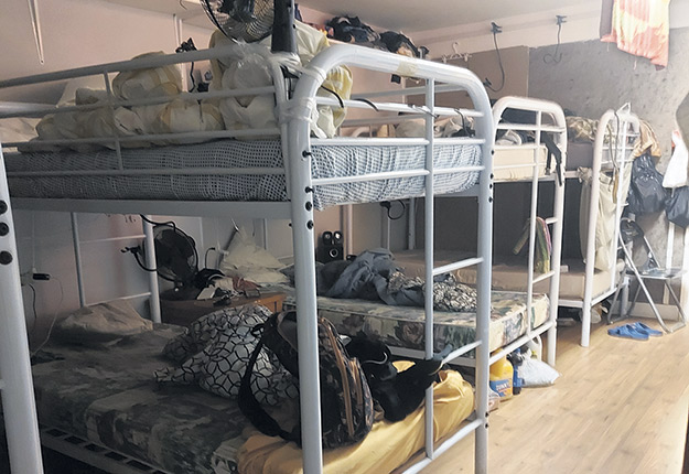 Les normes du Programme des travailleurs étrangers temporaires autorisent les lits superposés et une distance de 18 pouces entre deux lits. Photo : Gracieuseté de Monica Pena Florez