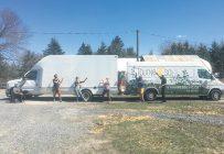 Les sept membres de la Ferme Coopérative Tournesol ont décidé de s'attaquer à leur plus grande source de gaz à effet de serre: leur camion de livraison (à gauche sur la photo). Photo : Gracieuseté de la Ferme Coopérative Tournesol