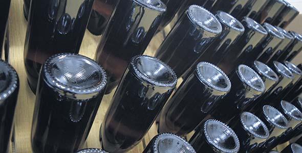 Les bouteilles sont couchées col vers le bas dans un pupitre, puis tournées plusieurs fois par jour afin d'en récolter la lie. Photo : David Riendeau