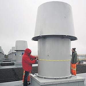 Des chercheurs du CEDFOB - un des partenaires impliqués dans le projet-pilote - sur le toit d'Argo BlockChain. Photo : SADC Manicouagan