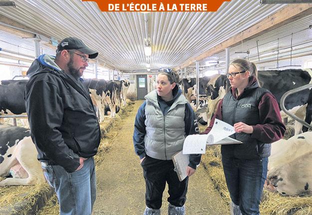 Des étudiantes questionnent Simon-Pierre Loiselle, copropriétaire de la Ferme Kostka, à Saint-Stanislas-de-Kostka, sur la production du troupeau. Photo : Gracieuseté de Caitlin MacDougall
