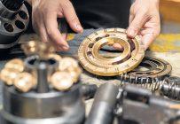 De façon générale, à peu près toutes les pièces d'origine peuvent être remplacées par des équivalents à coût moindre, et ça fonctionne assez bien, tant que ce ne sont pas les pièces ou composantes vitales de la machine.