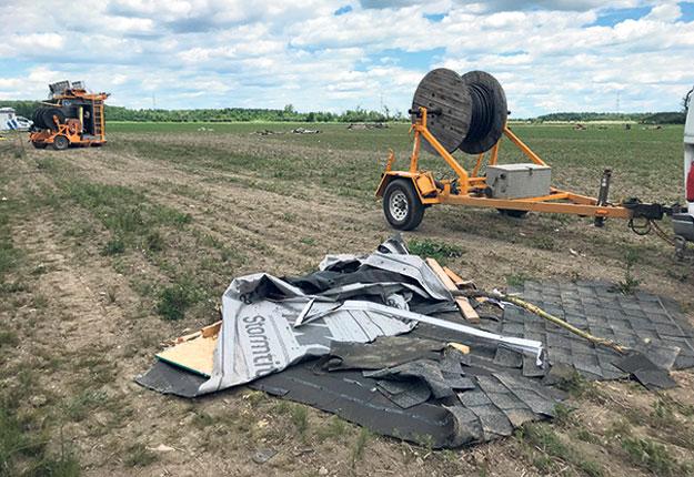 Deux jours après la tornade, des débris jonchaient encore le champ de la Ferme Alain Cousineau et Fils. Photo : Geneviève Quessy