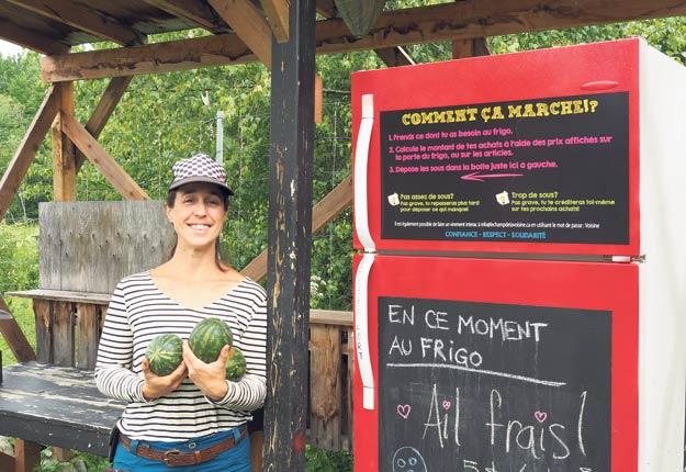 Marie-Ève Lafond se concentre sur les cultures d'ail et de framboises d'automne, auxquelles s'ajoutent des projets sporadiques réalisés avec un collaborateur. Cette année, des melons garnissent aussi le frigo libre-service. Photo : Marilynn Guay Racicot
