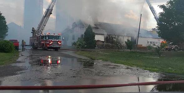 L'incendie est survenu en après-midi vers 16 h. Photo : Facebook/Association des pompiers de Laval