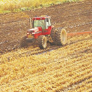 Les outils de retournement comme  la charrue s'accommodent bien  d'un sol plus humide.
