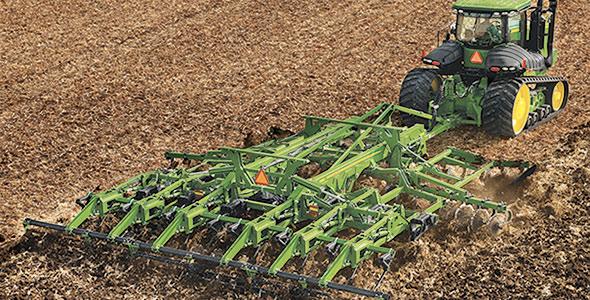 La défonceuse combinée 2730, de John Deere est un système de labourage quatre en un qui dimensionne les tiges, enterre les résidus, réduit le tassement du sol et crée le fini de champ voulu en un seul passage.