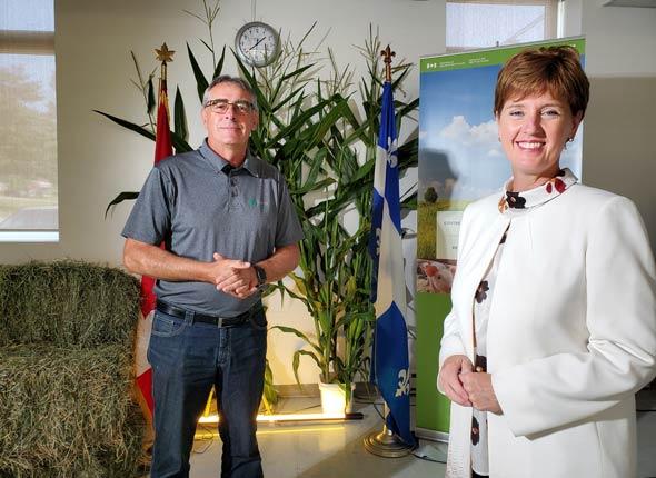 Le président de l'Union des producteurs agricoles, Marcel Groleau, a accompagné la Ministre Marie-Claude Bibeau, lors de l'annonce d'un nouveau Fonds pour le climat. Photo : Gracieuseté d'Agriculture  et Agroalimentaire Canada.