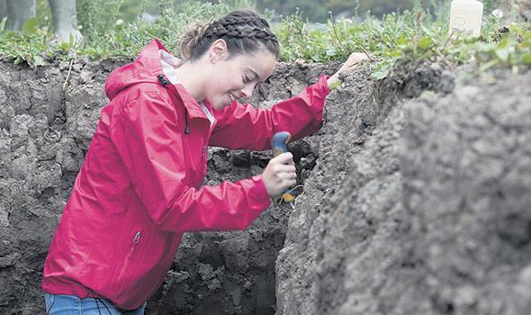 Le travail du sol nécessite une connaissance approfondie de ce milieu de vie. Pour y arriver, un profil de sol est l'exercice à privilégier. Il consiste à l'évaluer en observant sa structure, sa couleur, le degré de décomposition des résidus végétaux et l'état des systèmes racinaires. Photo : Gracieuseté d'Éric Labonté, MAPAQ