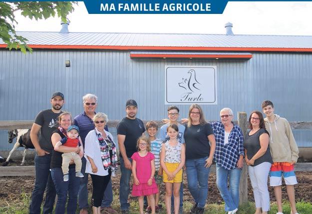 Nicolas Turcotte et Rhéa Loranger avec leurs enfants Béatrice, Bastien, Alice et Arthur, entourés des membres de leur famille qui les ont aidés à bâtir l'entreprise. Photos : Gracieuseté de la famille Turcotte-Loranger
