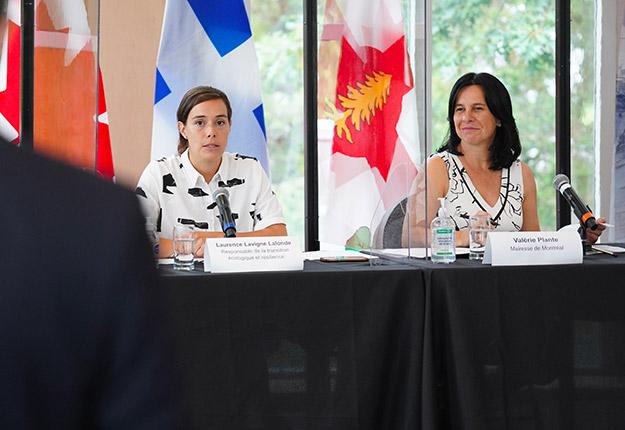 La mairesse de Montréal Valérie Plante (à droite) a annoncé le 19 août que la vente et l'utilisation de 36 pesticides seront interdites dès 2022. Photo : Compte Twitter de Valérie Plante