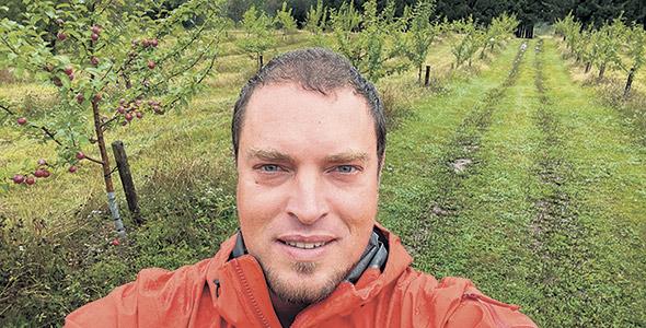 Pour Joshua Burns, qui a planté ses premiers arbres dans son verger il y a six ans, la création d'une association de producteurs fruitiers en Gaspésie est un game changer. Photo : Gracieuseté de Joshua Burns