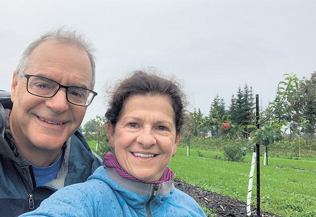 Auparavant producteurs de sapins, Louis Bigaouette et Suzette Poirier se sont tournés récemment vers la production de pommes et de poires, leur projet de retraite. Photo : Gracieuseté de Louis Bigaouette