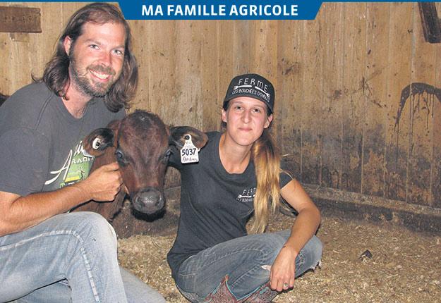 Jean-Philippe Fortin et Laurie-Anne Généreux de la Ferme Les bouchées doubles, avec un jeune veau qui vient tout juste d'arriver à la ferme. Photos: Claude Fortin