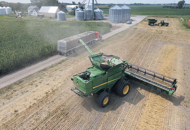 La récolte de blé de printemps «n'a pas été vargeuse» aux dires de Sylvain Beaudry qui a obtenu un rendement de 3,3 t/ha, soit une tonne de moins que sa moyenne habituelle. Photo : Sylvain Beaudry