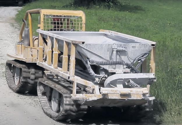 L'épandage mécanique de chaux gagne en popularité depuis une dizaine d'années au Québec. Les acériculteurs de la Beauce et de l'Estrie seraient parmi les plus actifs dans le chaulage. Photo : Image tirée d'une vidéo promotionnelle de Komatec Inc.