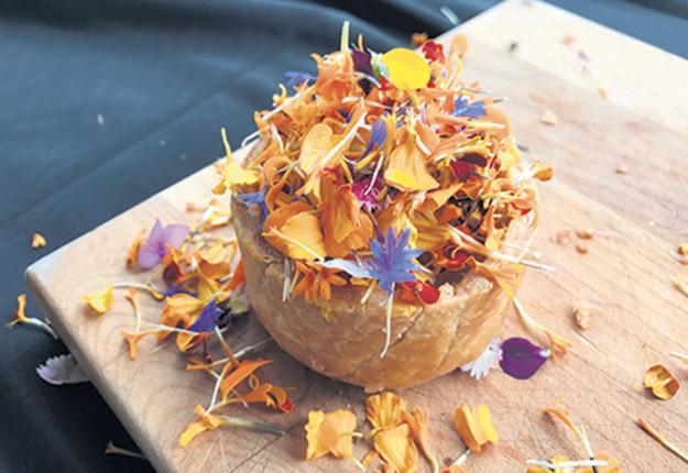 Une tartelette aux tomates ancestrales et aux fleurs a entre autres été servie aux Jardins Saint-Laurent. Photos : Geneviève Quessy