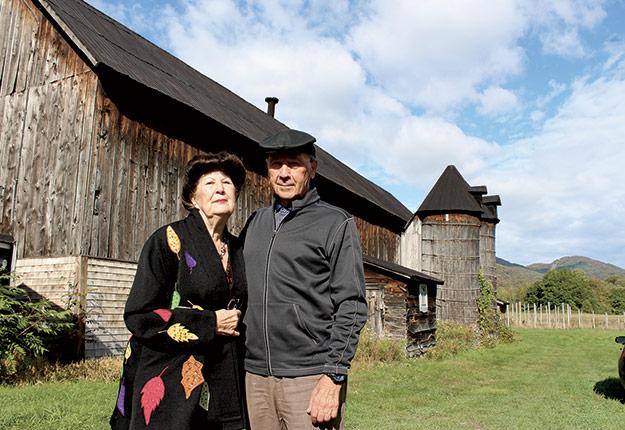 Pauline et Patrick Quinlan, de Bromont, ont choisi d'investir dans la rénovation de leur bâtiment de ferme qui atteste de l'histoire de la colonisation des Cantons-de-l'Est, à la fin des années 1800. « Nous le faisons avant tout pour nos petits-enfants, qui seront la 6e génération à reprendre la terre familiale », souligne Mme Quinlan. Photos : Patricia Blackburn/TCN