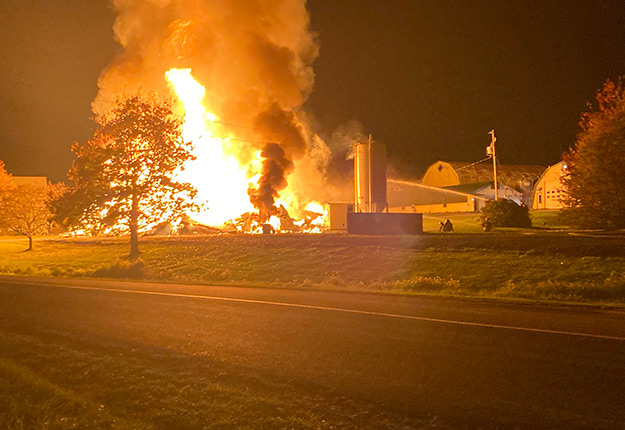 Au total, une trentaine de pompiers ont participé à l'opération qui a duré six heures. Photo : Gracieuseté de www.lanouvelle.net.
